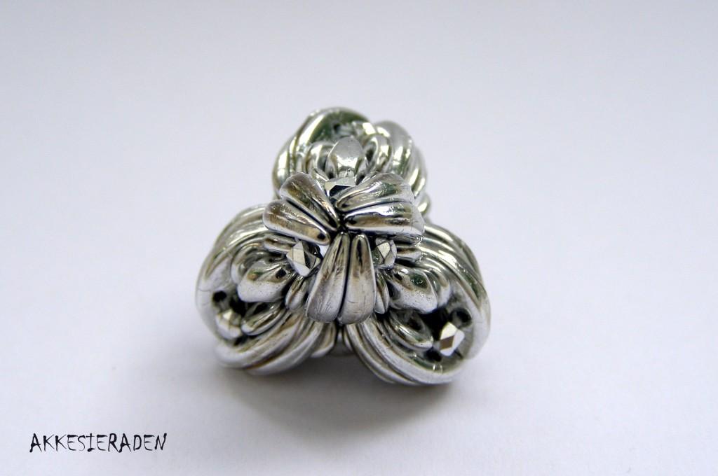 beaded bead Little knot by Akke Jonkhof